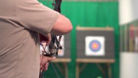 Arco de Archer Training With The Tirar la blanco en el fondo metrajes