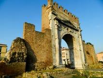Arco de Augustus em Rimini - porta antiga do romanesque da cidade - marco histórico de Itália, o arco histórico e famoso de Augu imagens de stock
