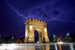 Arco de Bucareste Triumph na tempestade clara na noite fotografia de stock