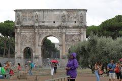 Arco de Constantim (Arco di Constantino) no tempo chuvoso roma imagem de stock