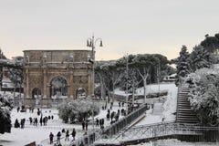 Arco de Constantina bajo nieve Fotos de archivo