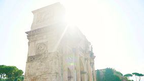 Arco de Constantina en la salida del sol en Roma, Italia Cámara del movimiento de la cámara lenta almacen de video