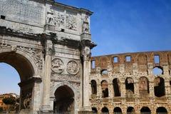 Arco de Constantino e Colosseum em Roma, Italy fotos de stock royalty free