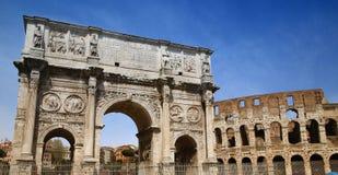 Arco de Constantino e Colosseum em Roma, Italy imagem de stock