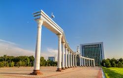 Arco de Ezgulik no quadrado da independência em Tashkent, Usbequistão foto de stock