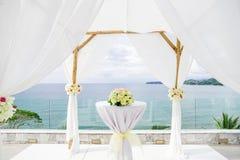 Arco de la boda adornado con la flor, floral, océano en fondo Imagen de archivo libre de regalías