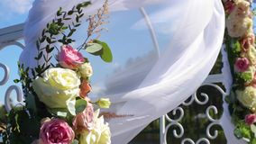 Arco de la boda adornado con las flores almacen de video