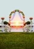 Arco de la boda adornado con las flores Imágenes de archivo libres de regalías