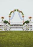 Arco de la boda adornado con las flores Fotografía de archivo libre de regalías