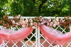 Arco de la boda adornado con las flores en el jardín para la ceremonia Foto de archivo