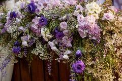 Arco de la boda adornado con las flores en el jardín para la ceremonia Imagen de archivo libre de regalías