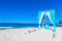 Arco de la boda adornado con las flores en la playa Imagen de archivo libre de regalías