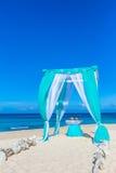 Arco de la boda adornado con las flores en la playa Fotografía de archivo