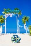 Arco de la boda adornado con las flores en la playa tropical de la arena, outd Fotografía de archivo