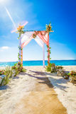 Arco de la boda adornado con las flores en la playa tropical de la arena, outd Fotos de archivo libres de regalías