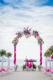 Arco de la boda adornado con las flores en la playa tropical, outd Imágenes de archivo libres de regalías