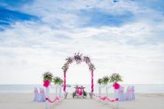 Arco de la boda adornado con las flores en la playa tropical, outd Fotos de archivo