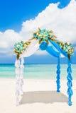Arco de la boda adornado con las flores en la playa tropical, outd Fotografía de archivo