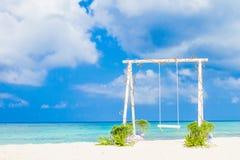 Arco de la boda adornado con las flores en la playa tropical, outd Foto de archivo