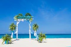Arco de la boda adornado con las flores en la playa tropical, outd Imagen de archivo