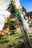Arco de la boda al aire libre adornado con las flores Fotos de archivo libres de regalías