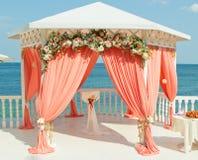 Arco de la boda cerca del mar Imagen de archivo
