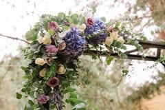 Arco de la boda Composición hermosa de las flores frescas Foto de archivo libre de regalías