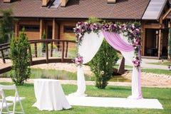 Arco de la boda con agradable la decoración de la flor Imagen de archivo libre de regalías