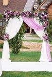 Arco de la boda con agradable la decoración de la flor Imágenes de archivo libres de regalías