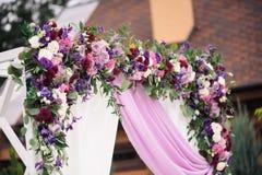 Arco de la boda con agradable la decoración de la flor Foto de archivo libre de regalías