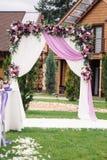 Arco de la boda con agradable la decoración de la flor Fotografía de archivo libre de regalías