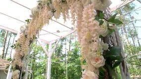 Arco de la boda con las flores almacen de metraje de vídeo