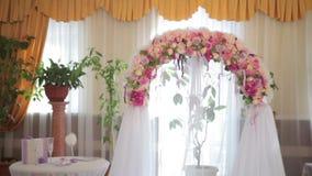 Arco de la boda con las flores interiores almacen de metraje de vídeo