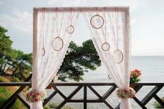 Arco de la boda del destino con la opinión del mar Fotos de archivo libres de regalías