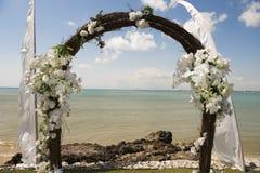 Arco de la boda delante del mar Foto de archivo libre de regalías
