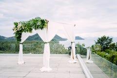 Arco de la boda en blanco adornado con la flor, floral Imágenes de archivo libres de regalías