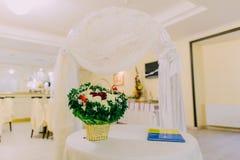Arco de la boda en el interior brillante del restaurante adornado y servido para la celebración de la boda Ciérrese para arriba e Fotos de archivo