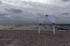 Arco de la boda en la costa fotografía de archivo