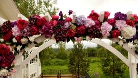 Arco de la boda en la naturaleza de las sombras blancas y púrpuras almacen de metraje de vídeo