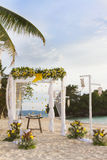 Arco de la boda - tienda - adornado con las flores en la playa, tropical Foto de archivo libre de regalías