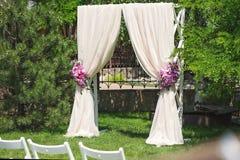 Arco de la ceremonia de boda Fotos de archivo libres de regalías