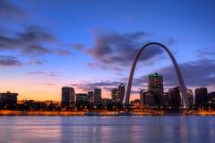 Arco de la entrada en la puesta del sol Fotos de archivo libres de regalías