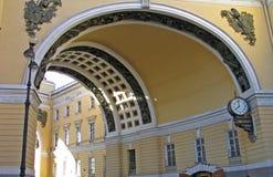 Arco de la entrada principal al cuadrado suntuoso de San Pedro Imagen de archivo libre de regalías