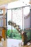 Arco de la flor para casarse en el restaurante Fotografía de archivo