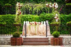 Arco de la flor de la tabla de la boda imágenes de archivo libres de regalías