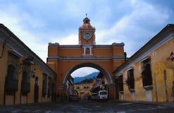 Arco de la iglesia sobre la calle en Antigua, Guatemala fotos de archivo