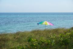 Arco de la lluvia en la playa fotos de archivo libres de regalías