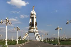 Arco de la neutralidad del monumento. Turkmenistán. Foto de archivo libre de regalías