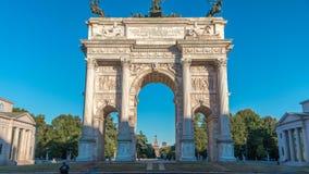 Arco de la paz en timelapse del cuadrado de Simplon en la puesta del sol Es un arco neoclásico del triunfo almacen de video