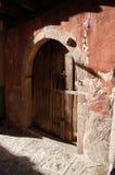 Arco de la piedra de Garganta de la Olla y puerta de madera imágenes de archivo libres de regalías
